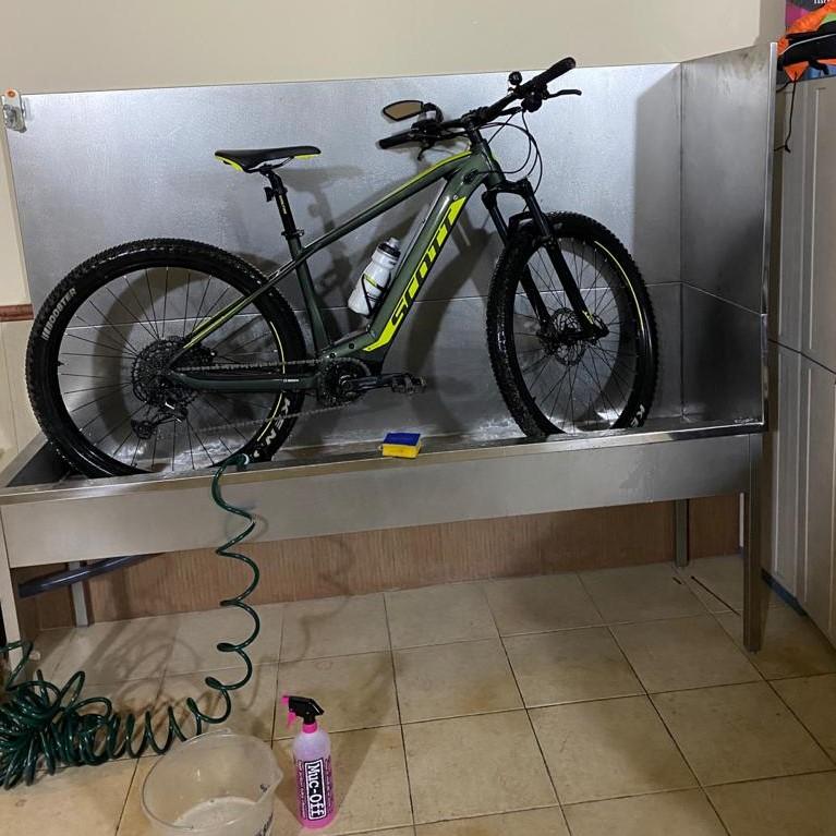 Soporte para lavar bicis de Inoxamedida instalado en un garaje