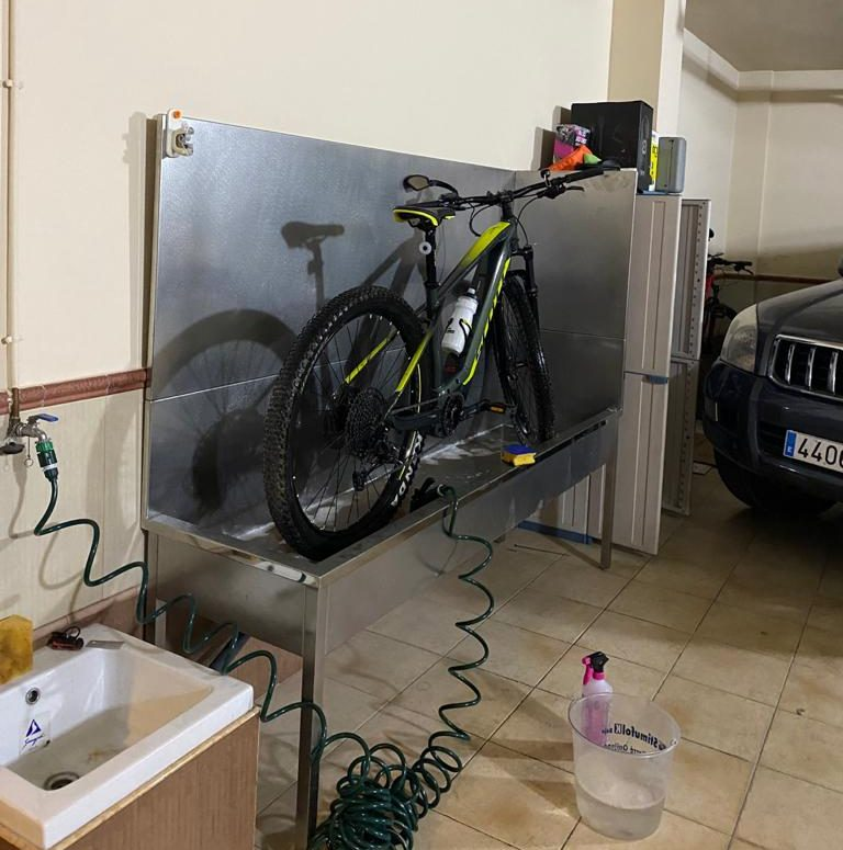 Soporte para lavar bicis de acero inoxidable instalado sin obra en garaje